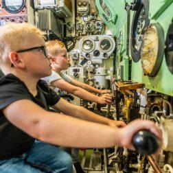 Kinderen in onderzeeboot Tonijn